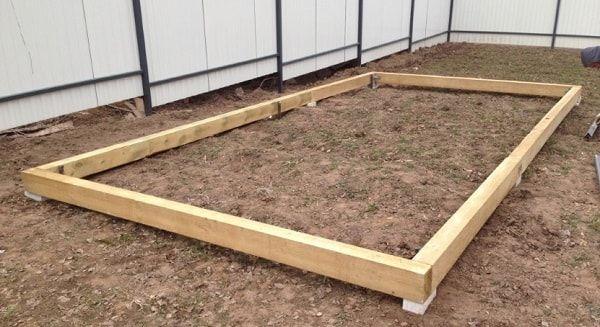 Дерев`яний фундамент під теплиці з покриттям з листового полікарбонату на сьогоднішній день є найбільш простим, доступним у виготовленні і найдешевшим варіантом