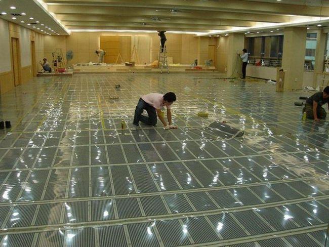 Укладання плівкової підлоги