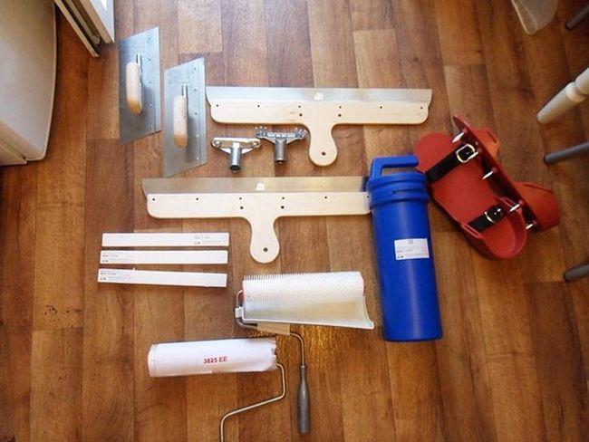 Фото: Валик і інший інструмент для роботи з рідкими розчинами