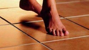 На плівковий підлогу укладають керамічну плитку