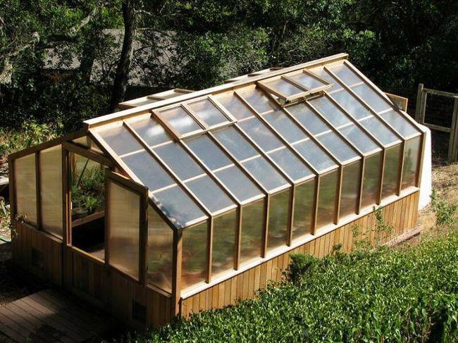 Як показують численні схеми, листами стільникового полікарбонату можна покрити будь-яку садову конструкцію